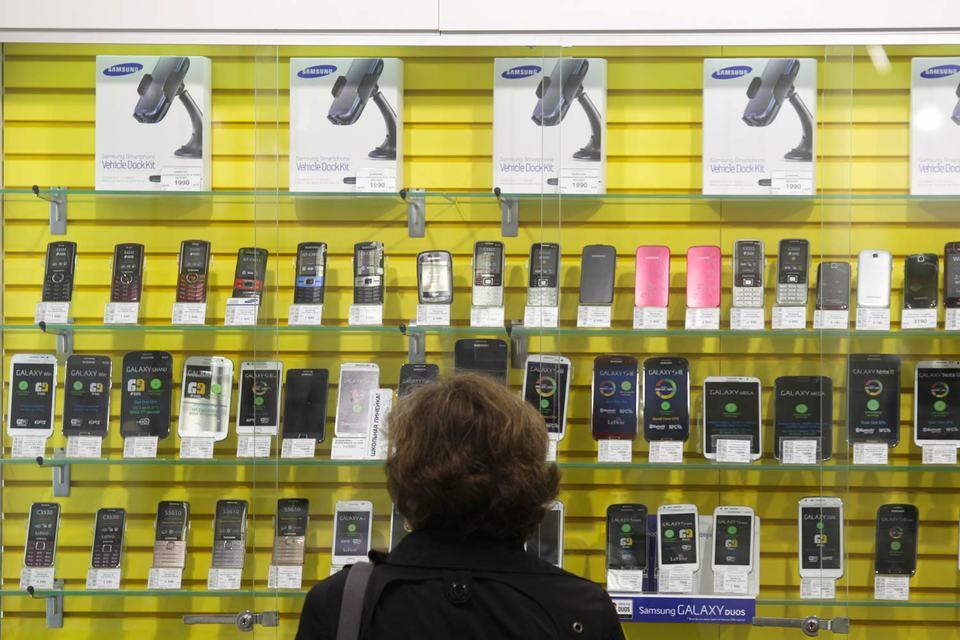 Конфликт крупных ритейлеров с Samsung начался в июне 2015 г.: тогда закупать смартфоны у Samsung прекратила «Евросеть»