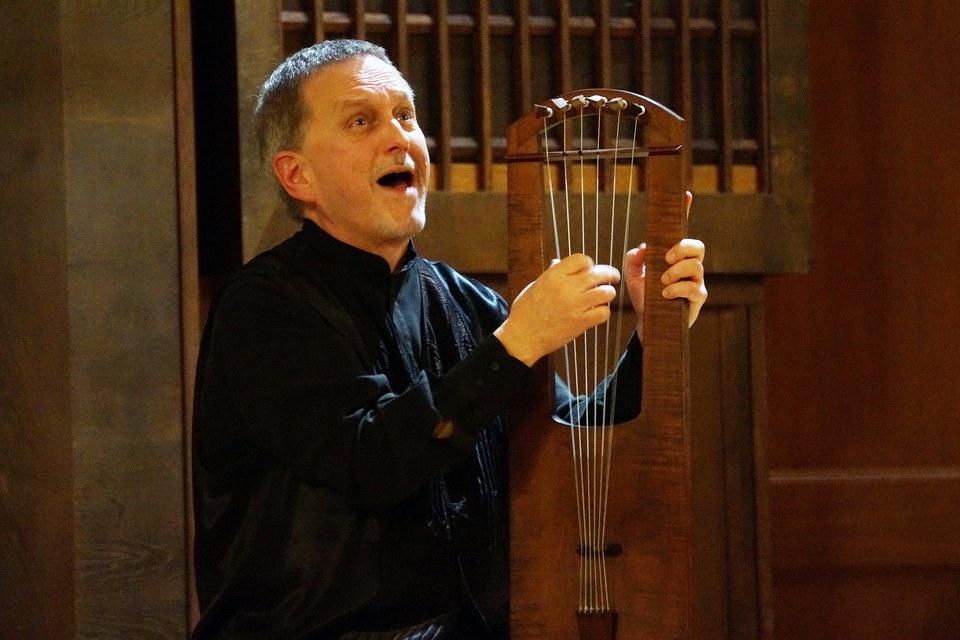 Бенджамин Бэгби вынес искусство средневекового сказителя на академическую концертную сцену