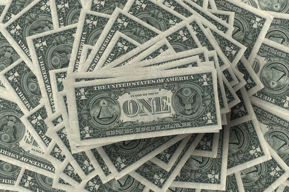 Каждый месяц минфин привлекает сотни миллиардов долларов, размещая бумаги со сроками от четырех недель до 30 лет