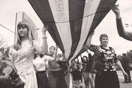 Георгиевская лента стала одним из основных компонентов «русской весны». На фото: участники парада, посвященного годовщине проведения референдума о самоопределении ДНР, в Донецке