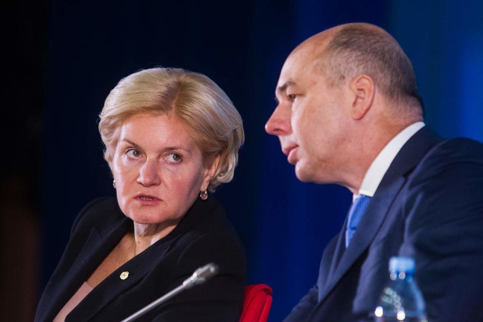 Спор о пенсионных накоплениях между социальным блоком (зампред правительства Ольга Голодец - слева) и Минфином (министр Антон Силуанов - справа) возобновился