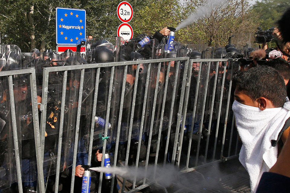 Венгерскую границу защищает спешно сооруженный забор с колючей проволокой, подвезенные водометы и тысячи полицейских