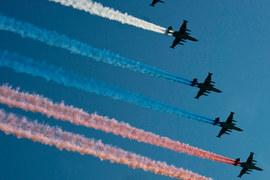 По данным собеседников WSJ, за последние две недели Россия резко активизировала строительство аэропорта под Латакией: туда были отправлены 2000 человек, ударные и транспортные вертолеты, а также артиллерия
