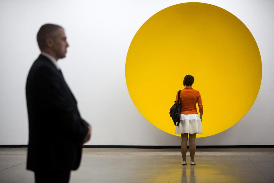 Перед «Убежищем» можно надолго зависнуть: желтая плоскость кажется глубокой