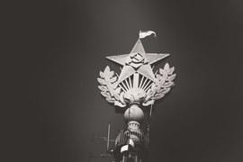 За хулиганство и вандализм по мотиву политической ненависти, аименно за соучастие в покраске звезды на высотке, сидит один человек – руфер Владимир Подрезов