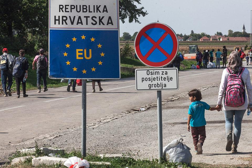 17 сентября министр внутренних дел Хорватии Ранко Остожик пообещал закрыть границу с Сербией, если приток беженцев достигнет 8000 человек в день