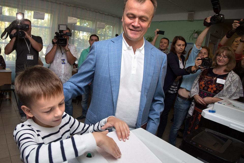 После первого тура иркутскому губернатору Сергею Ерощенко пришлось поработать не по-детски