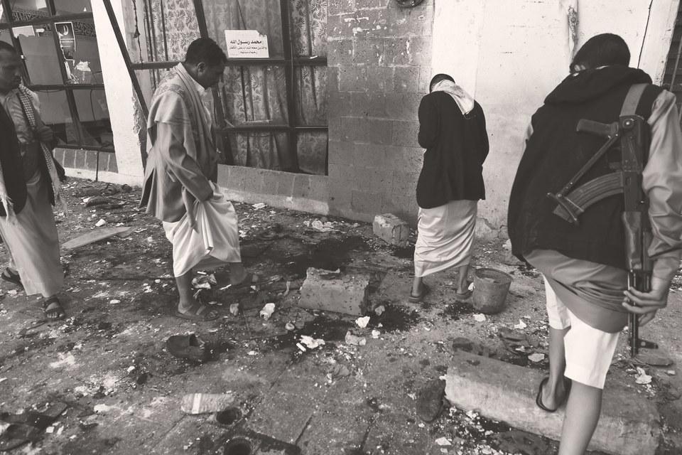 Не менее 25 человек погибли в четверг в результате двух взрывов вшиитской мечети в столице Йемена Сане