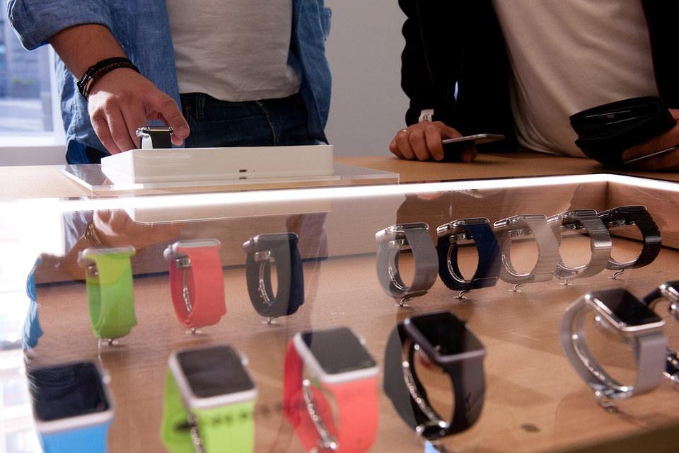 С сегодняшнего дня Apple Watch официально продаются более чем в 140 российских магазинах