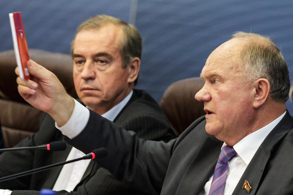 Геннадий Зюганов (справа) пообещал, что правительство Сергея Левченко будет коалиционным