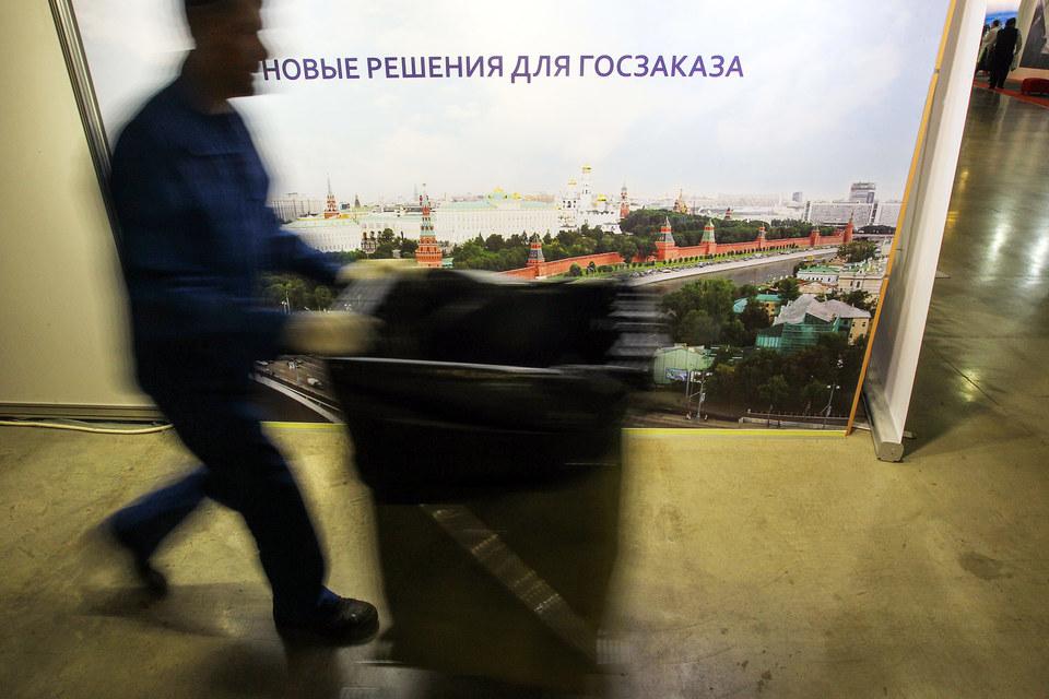 По словам Медведева, в рамках импортозамещения все госкомпании должны будут делать закупки (свыше 10 млрд руб.) только у отечественных производителей