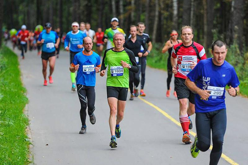 Недавно Олег Разваляев пробежал полумарафон (на фото - в красном)