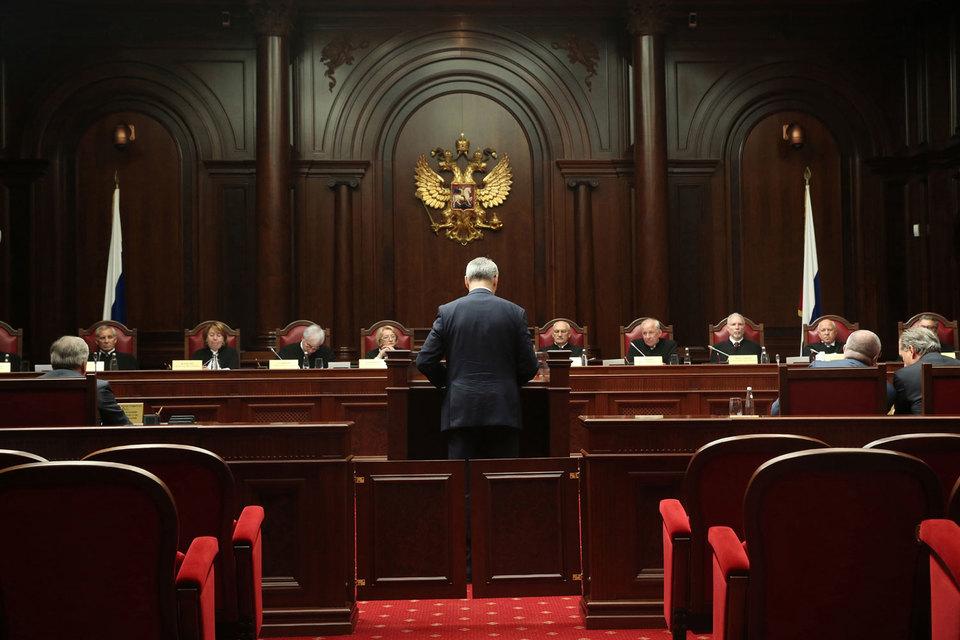 В июле Конституционный суд уже рассматривал запрос сенаторов о переносе выборов (на фото – заседание суда), но коммунисты надеются его переубедить