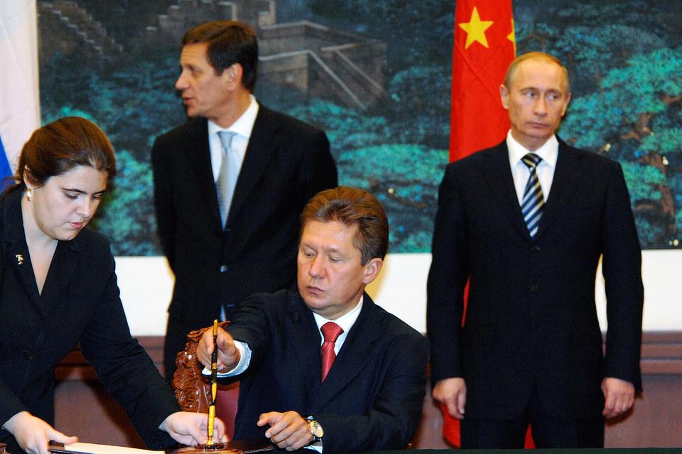 Поставки газа в Китай скоро могут превысить текущий экспорт в Европу (150–160 млрд куб. м в год), прогнозировал в конце 2014 года предправления «Газпрома» Алексей Миллер (в центре)
