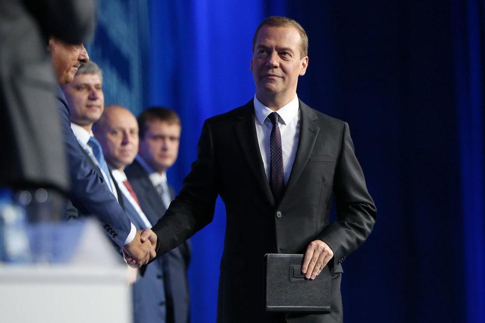 Медведев отметил три направления, о которых собрался говорить: инвестиционная активность, импортозамещение, госуправление