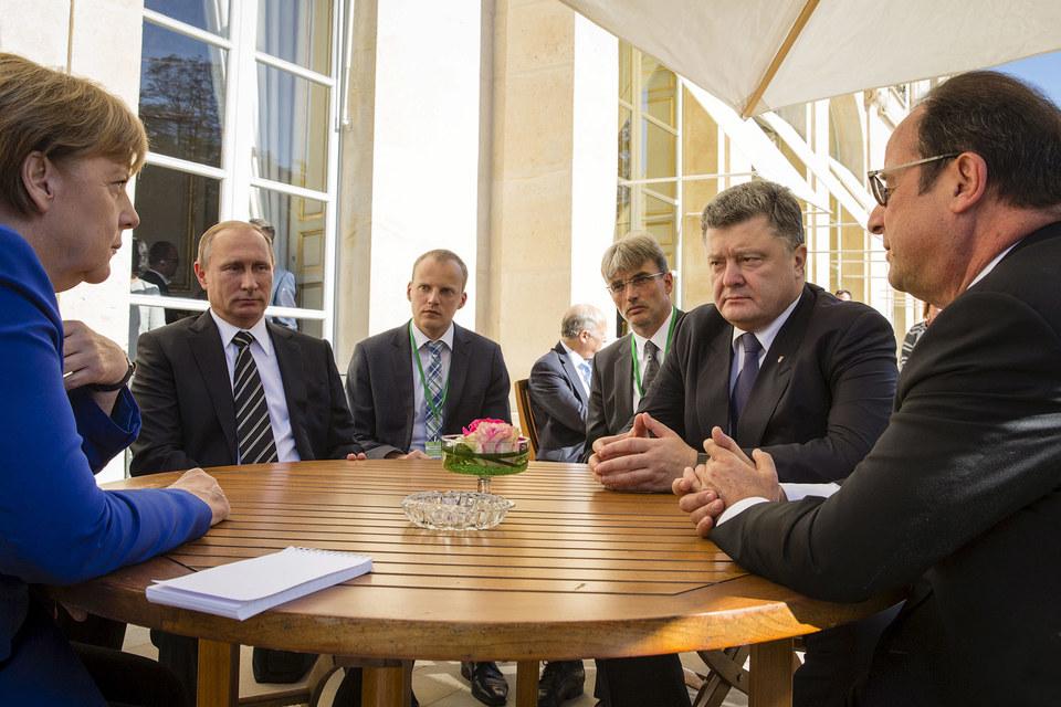 Честь прокомментировать итоги саммита Владимир Путин и Петр Порошенко (второй справа) передоверили Ангеле Меркель и Франсуа Олланду (крайний справа)