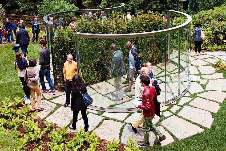 Задачи по сохранению и реставрации объектов современного искусства имеют свою специфику. Например, если инсталляция (как двухстороннее зеркало работы Дэна Грэма в оазисе Zegna, Италия) выставляется на открытом воздухе