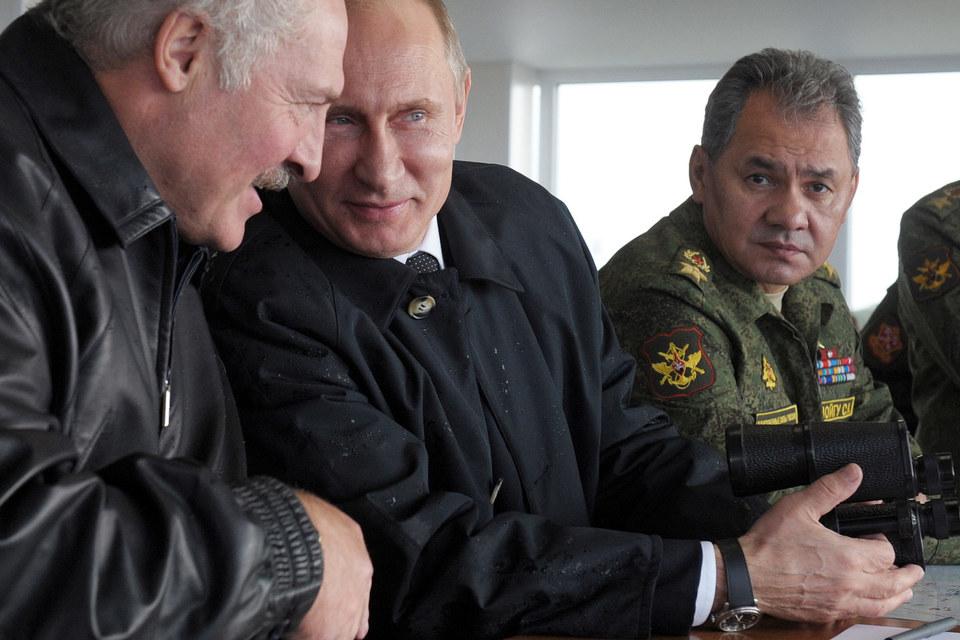 Президент Белоруссии Александр Лукашенко, президент России Владимир Путин и министр обороны России Сергей Шойгу