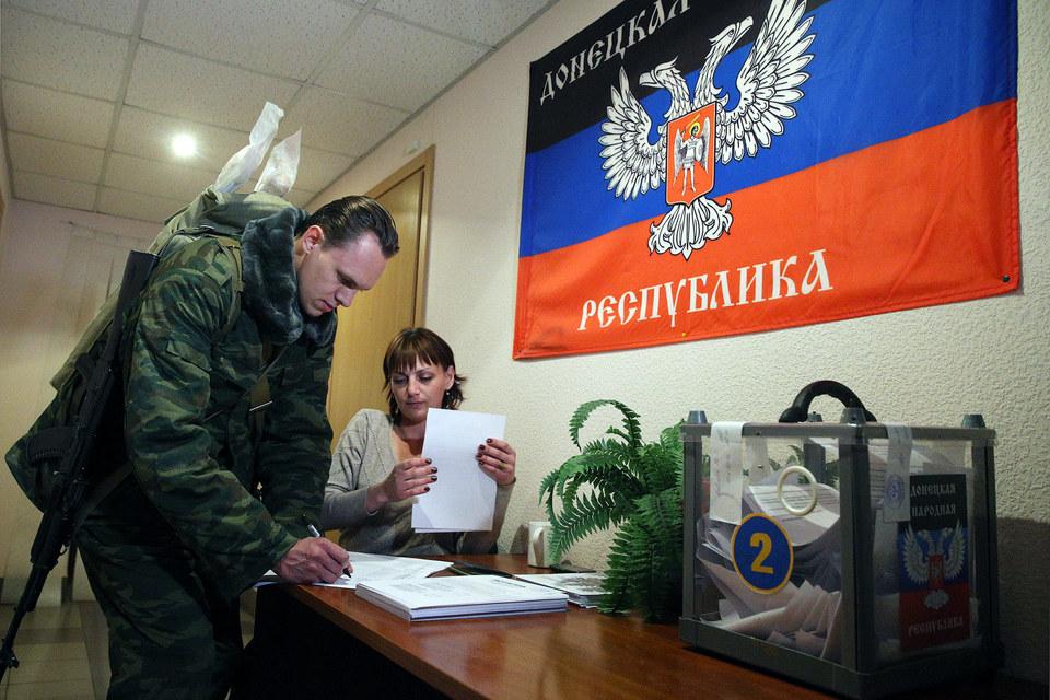 До выборов Украина должна предоставить Донбассу особый статус, подчеркивают представители ДНР и ЛНР