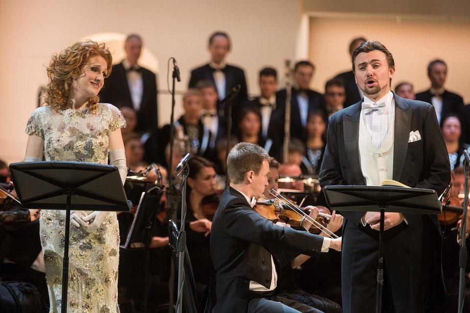 Сопрано Лора Клейкомб (Офелия) и баритон Игорь Головатенко (Гамлет) снискали бурные овации зала