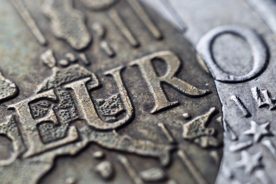 Евро упал ниже 70 руб. впервые с 31 августа, достигнув на минимуме отметки 69,749 руб.