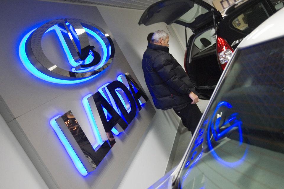 Продажи самой популярной модели Lada в России в сентябре упали почти вдвое до 8597 шт., за девять месяцев снижение составило 19,4% до 90 345 шт., по данным АЕБ