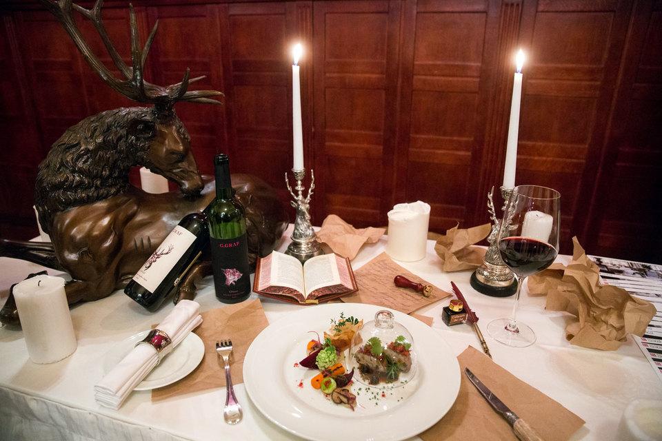В октябре и ноябре в ресторанах Москвы одновременно проходят три масштабных гастрономических фестиваля, гастроли звездных шефов и один гастрономический спектакль