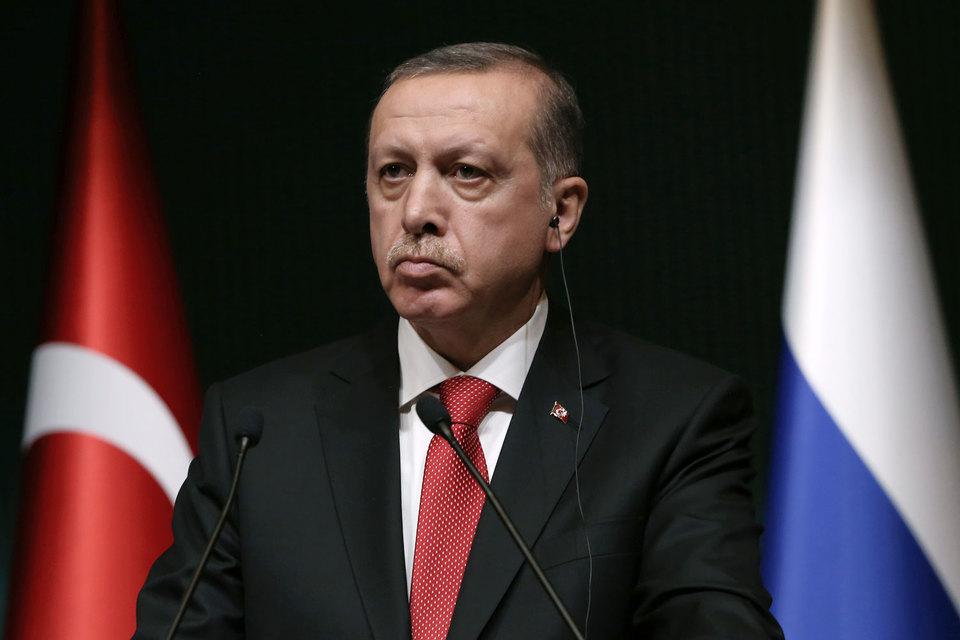 Эрдоган также заявил, что не верит в возможность, что и США, и Россия станут поддерживать курдских повстанцев, которых Анкара считает террористами, но которые при этом воюют с ИГ