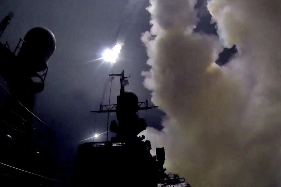 Запуск крылатых ракет с кораблей ВМС России в Каспийском море по Сирии