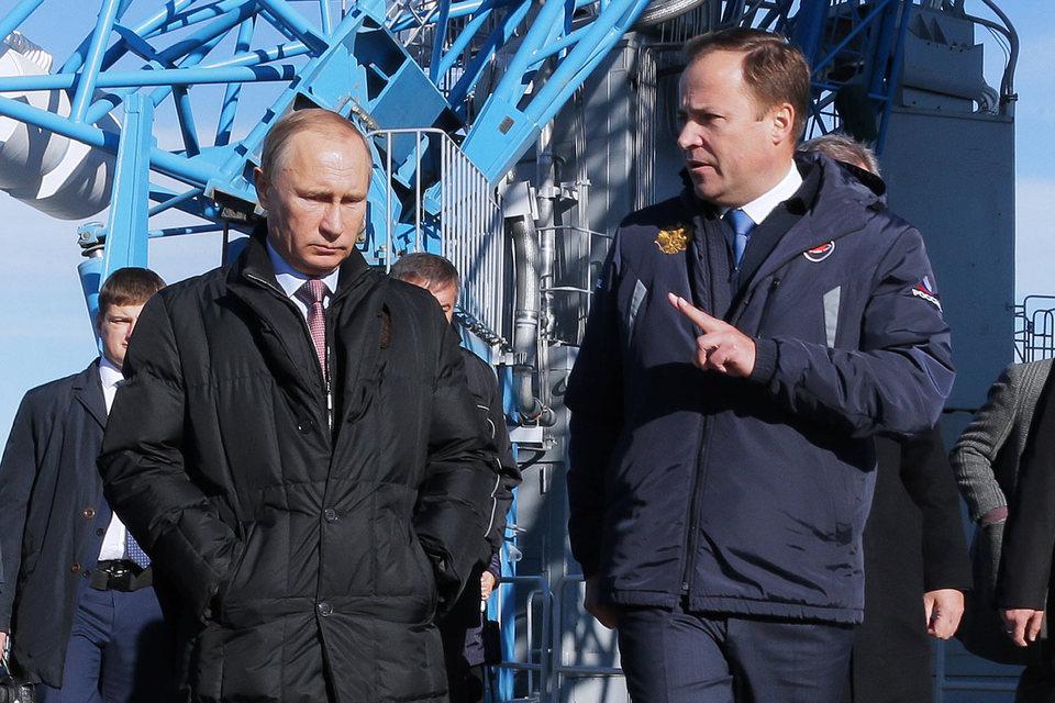 Владимир Путин разрешил руководителю Роскосмоса Игорю Комарову (справа) продлить подготовку космодрома Восточный к первому запуску