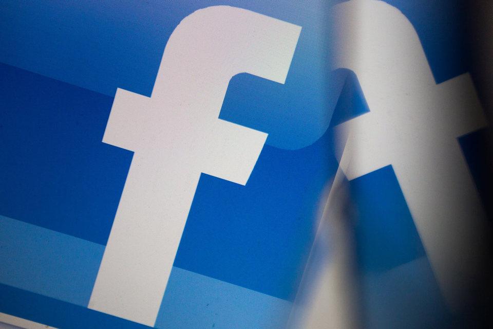 Изначально позиция Facebook состояла в том, что она должна подчиняться только регулирующим органам Ирландии, где находится европейская штаб-квартира этой американской компании