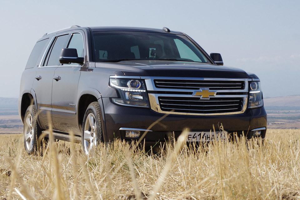 На глаз и на слух Chevrolet Tahoe 4-го поколения – ортодоксальный американский трак: пятиметровый кузов по-прежнему лежит на раме, под капотом басит многолитровый атмосферный V8