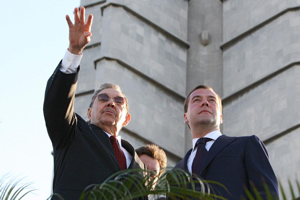 Президент Кубы Рауль Кастро и премьер России Дмитрий Медведев