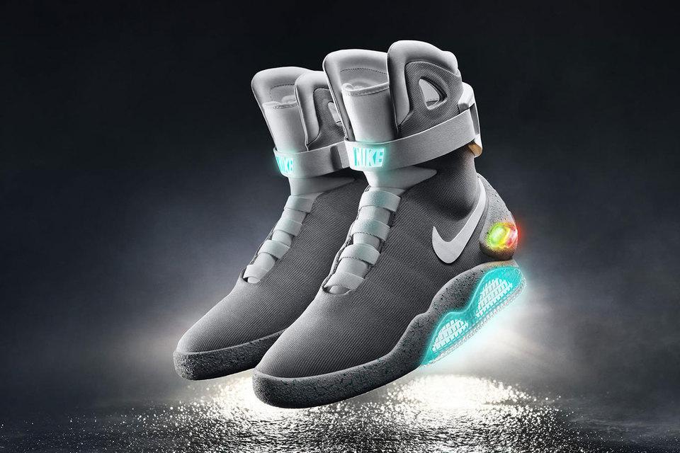 """На экране самозашнуровывающиеся кроссовки появились в 1989 году, во второй части трилогии """"Назад в будущее"""""""