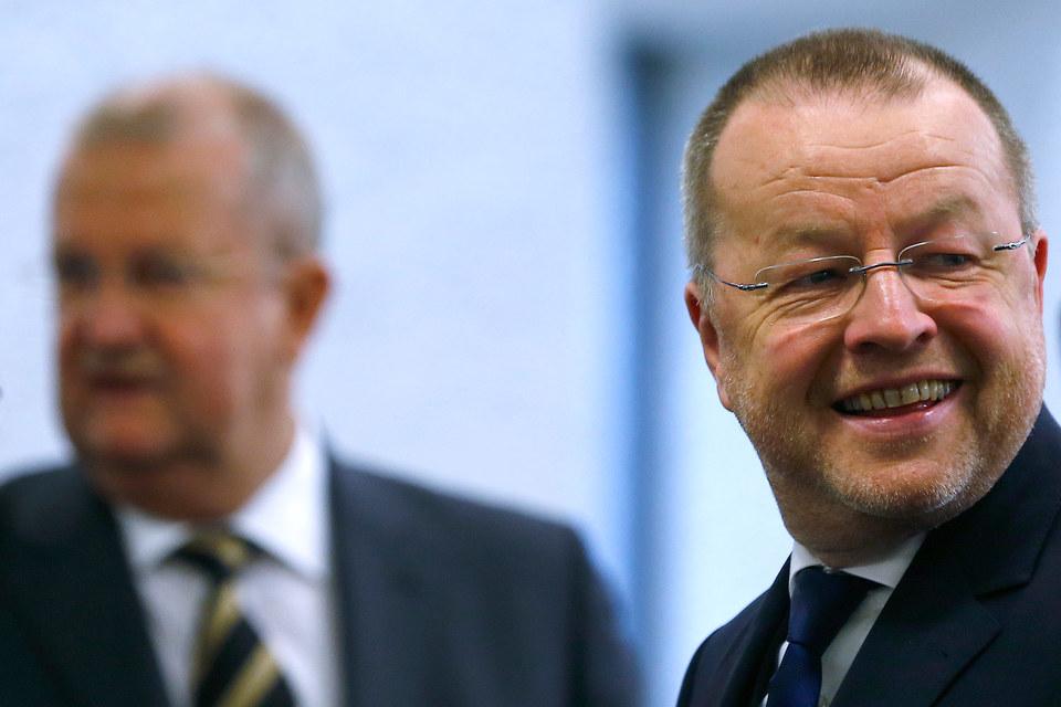 Бывшие гендиректор Porsche Венделин Видекинг и финансовый директор Хольгер Хертер (справа) на суде в Штутгарте 22 октября 2015 г. Их обвиняют во введении в заблуждение рынка при неудачной попытке взять под контроль Volkswagen в 2008 г.