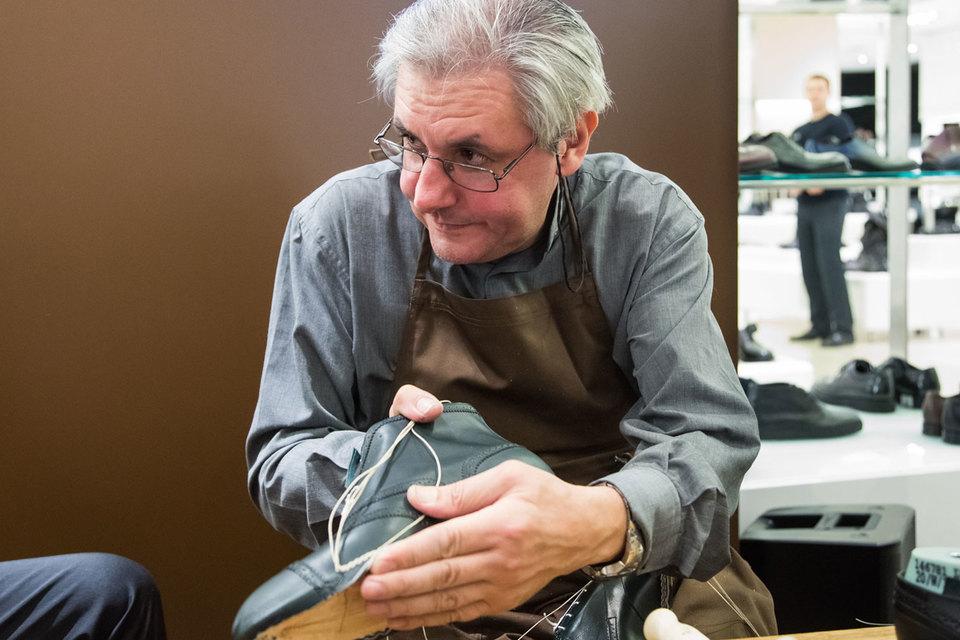 Роберто Баттони, итальянский мастер по изготовлению обуви Louis Vuitton made-to-order, продемонстрировал свое мастерство на открытии галереи в ЦУМе