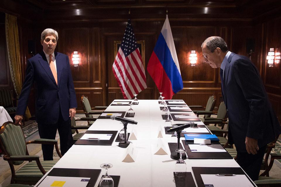 Министр иностранных дел России Сергей Лавров (справа) и госсекретарь США Джон Керри