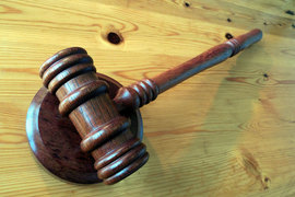 Судья хотел огласить показания свидетелей, которые были даны в ходе следствия, но защита настояла на вызове свидетелей в суд