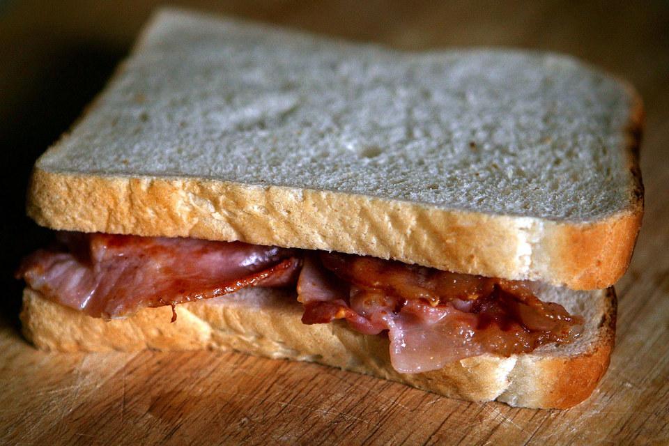 Переработанное мясо является одной из причин появления рака кишечника