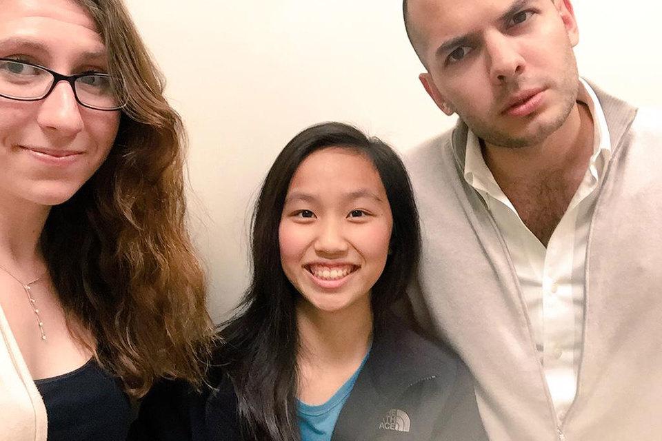 Тиффани Чжон (на фото в центре) в Facebook с седьмого класса, первый iPhone она получила в 15 лет