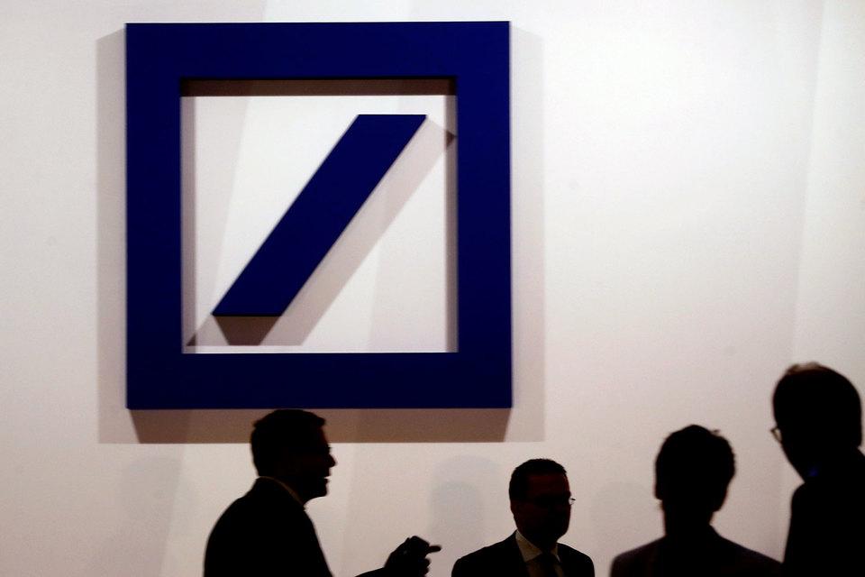 Согласно представленной «Стратегии 2020», Deutsche планирует в течение следующих двух лет сократить 9000 человек (из них 4000 в Германии), а также 6000 внештатных сотрудников