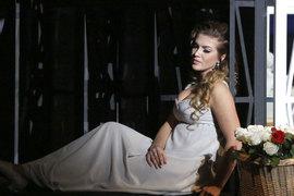 Героиня оперы Чайковского (Екатерина Морозова) томится во мраке, вслушиваясь в его музыку