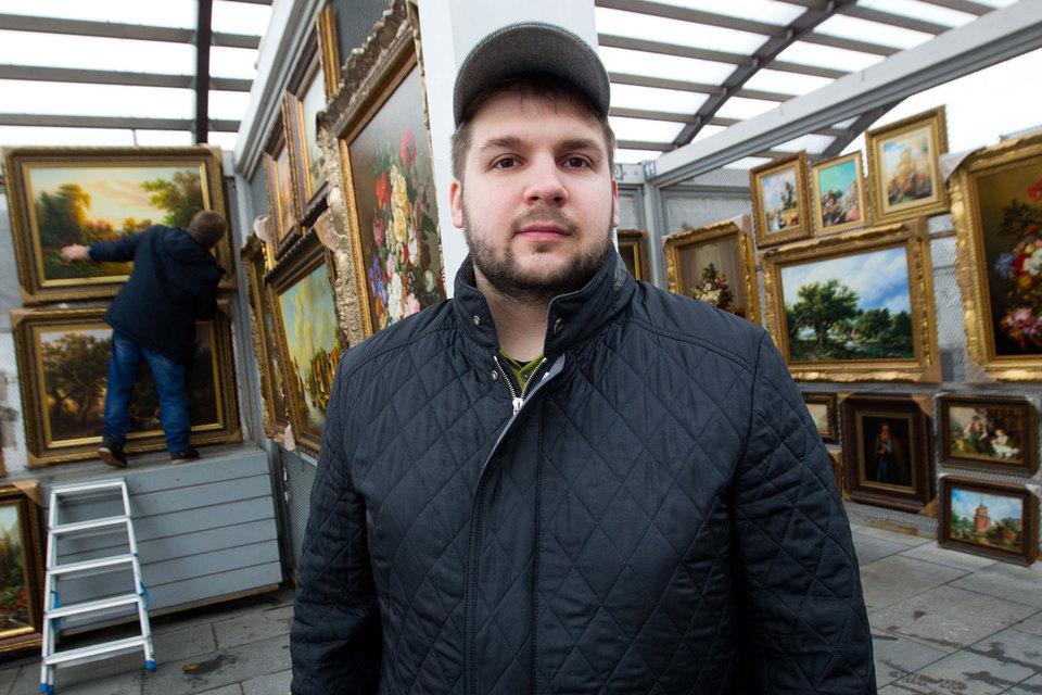 Александр Копенкин, хотя и равнодушен к коллекционированию монет и картин, умеет их продавать.  У него диплом Академии народного хозяйства по специальности «международный бизнес»
