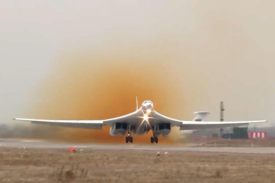 Вылет стратегического ракетоносца Ту-160 с авиабазы Энгельс в ходе плановой тренировки по проверке системы управления в Вооруженных Силах Российской Федераци