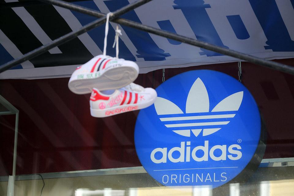 В России продажи будут снижаться, пишет Adidas Group