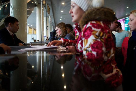 С 20.00 пятницы, 6 ноября, Россия приостановила авиасообщение с Египтом – до установления должного уровня безопасности авиационного сообщения, говорится на сайте Кремля. На фото пассажиры 7 ноября в зале ожидания в аэропорту «Домодедово» в Москве у стойки туристической компании