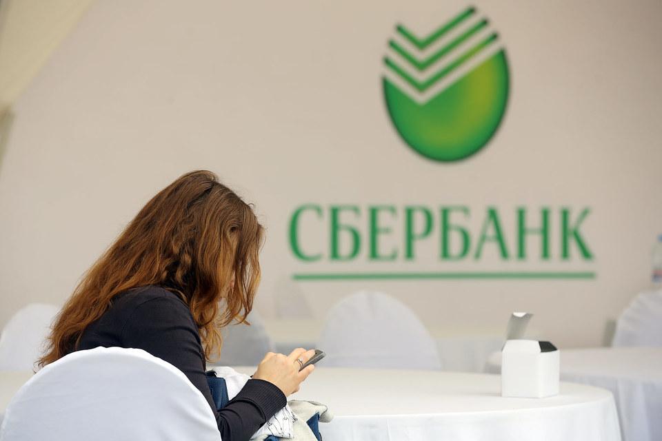 В колл-центре Сбербанка предупреждают, что в «настоящий момент могут наблюдаться временные ограничения при работе банковских карт», и просят повторить операцию позднее