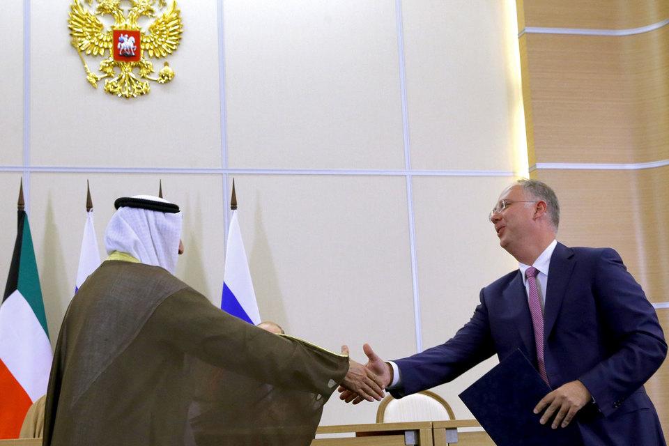 Генеральный директор Российского фонда прямых инвестиций Кирилл Дмитриев (справа) во время подписания совместных документов с Kuwait Investment Authority