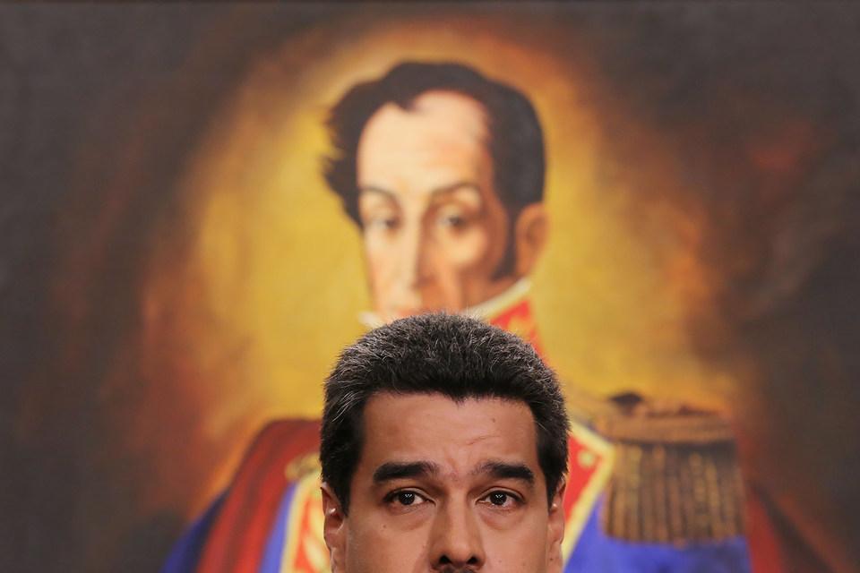 Президент Венесуэлы Николас Мадуро на фоне портрета Симона Боливара