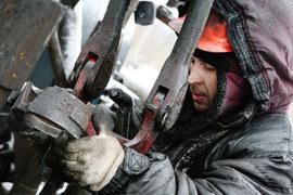 Предложение нефти никак не сокращается, из-за чего растут ее запасы и падают цены